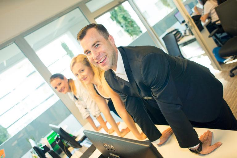 Správné ergonomické nastavení  pracoviště a pravidelné protahování snižuje bolesti zad, syndrom karpálního tunelu apod.